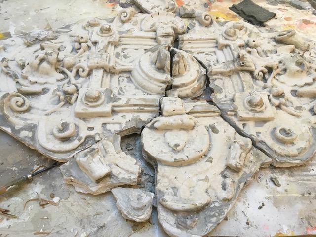 Authentiek ornament tijdens grondige reinigingswerkzaamheden en de eerste inventarisaties.