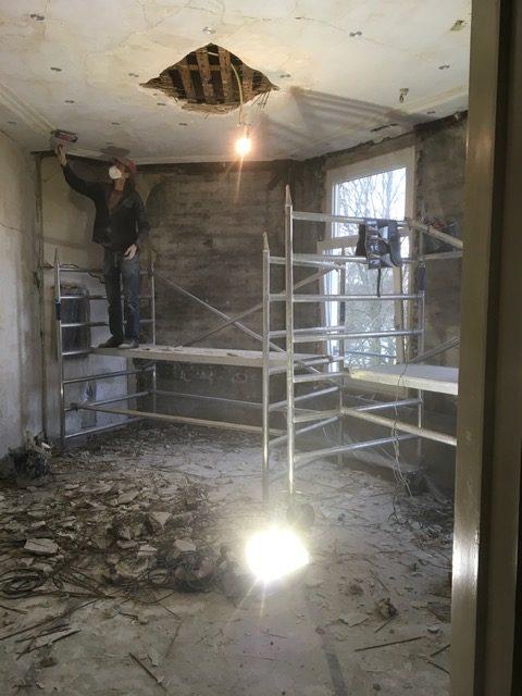 Verwijderen oude verflagen en losse onderdelen. Deze werkzaamheden gingen hoofdzakelijk voor de constructieve werkzaamheden uit.